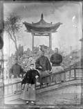 1899 Chne 4 Chinois devant un temple autel extérieur