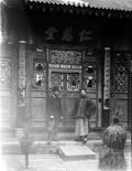 1898 Chine devant l'entrée de sans doute un monastère