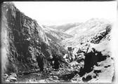 1898 11 Chine  Route de King Le San à T'Ae Duen Fou (vue avec hommes au premier plan)