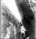 1899 01 Chine Ta Houa Chan, Fente-escalier dans le granit
