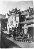 1899 01 Chine  Ouée Nan Sien, édicule, coiffeur et marchands de fausses queues