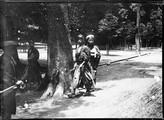 1899 06 Japon Ueno Park, deux étudiants
