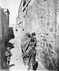 1897 09 06 Azerbaïdjan Bakou une vieille femme et son gosse